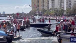 Impossible! Brady lance le trophée Lombardi d'un bateau à l'autre!