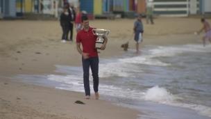 Djokovic amène son trophée à la plage