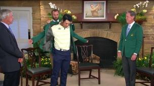Matsuyama enfile le veston vert