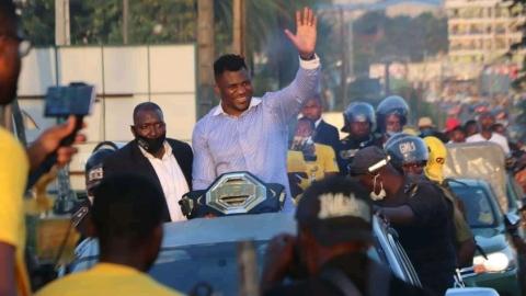 Francis Ngannou accueilli en héros chez lui