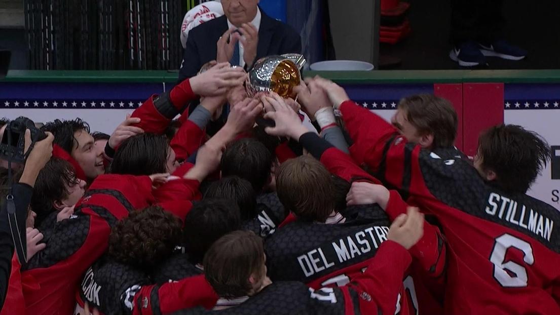Les joueurs du Canada soulèvent le trophée du Championnat du monde des moins de 18 ans