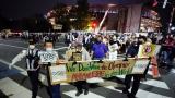 Des manifestants protestent contre la tenue des JO de Tokyo.