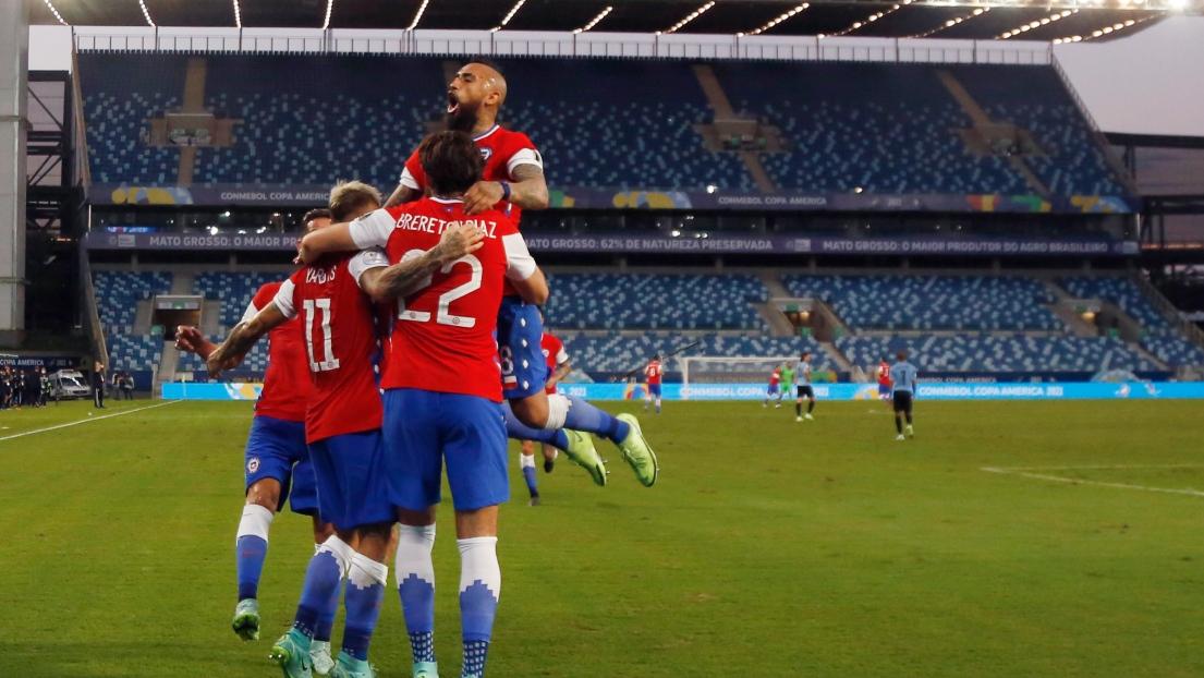 Eduardo Vargas célèbre son but avec ses coéquipiers
