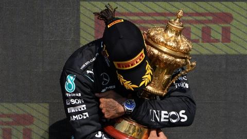 Hamilton triomphe après un contact avec Verstappen