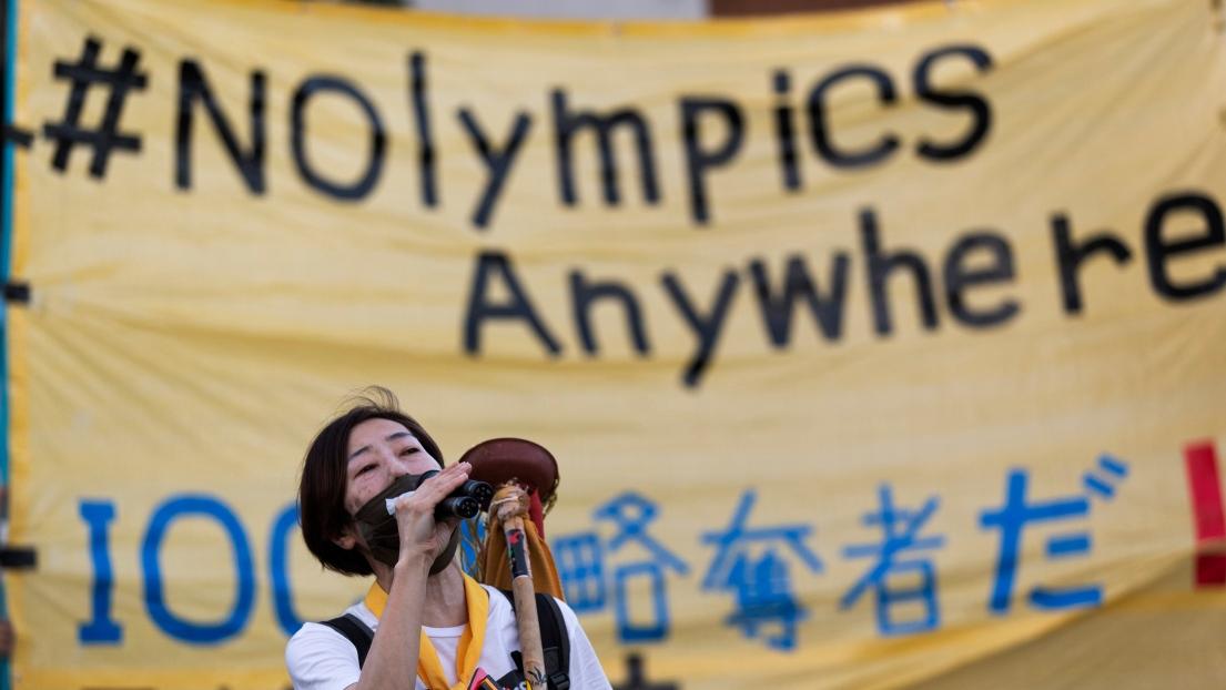 Une femme proteste contre la tenue des Jeux olympiques de Tokyo.