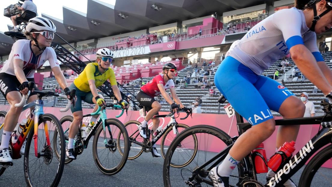 Une course de cyclisme aux Jeux olympiques de Tokyo.