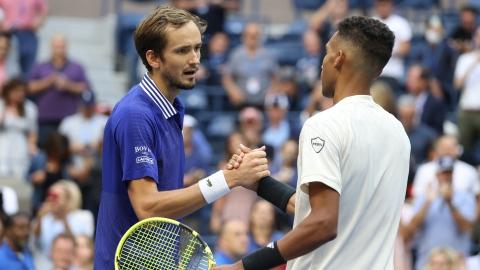 Auger-Aliassime freiné; une finale Medvedev-Djokovic