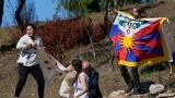 Des manifestants ont déployé un drapeau tibétain avant d'être arrêtés.