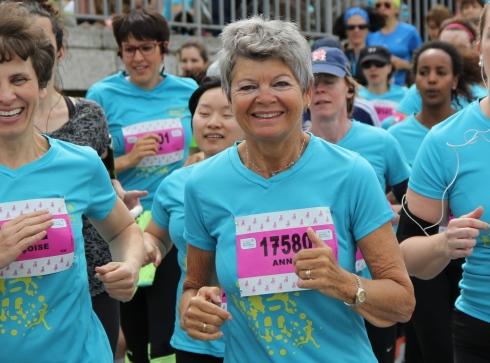 Une coureuse au marathon de Prague