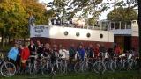 Le groupe de cyclotouristes devant la Anna Antal en Hollande