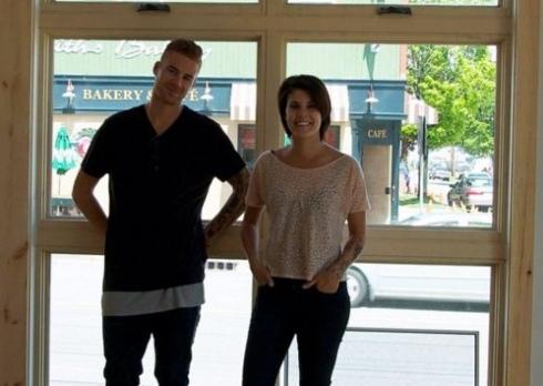 Cory Urquhart et sa conjointe dans le restaurant