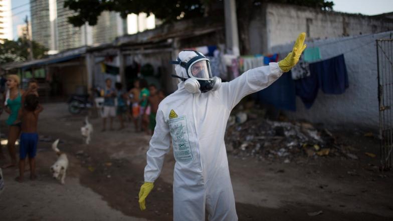 Un employé municipal tente d'éloigner les moustiques au Brésil