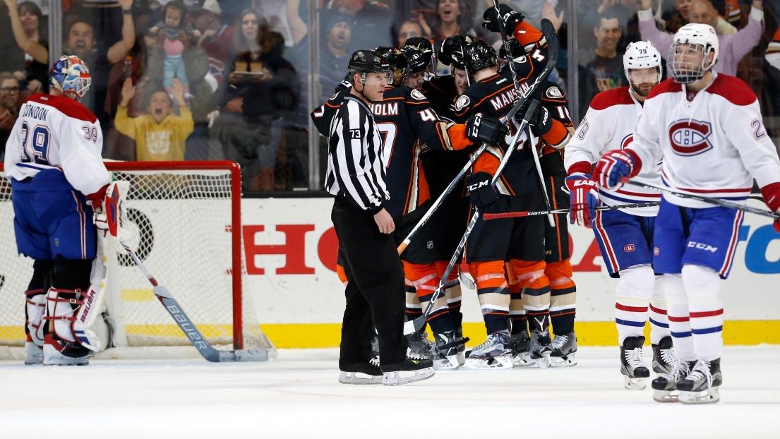 Les Ducks célèbrent un but face au Canadien.