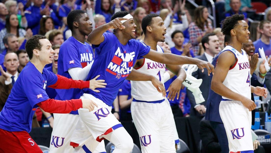 Les joueurs de Kansas après un panier réussi de leur équipe.