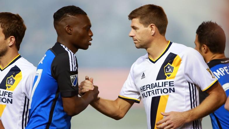 Fatai Alashe et Steven Gerrard
