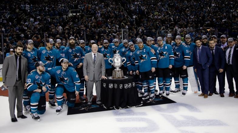 Les Sharks de San Jose avec le trophée Clarence S. Campbell.