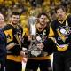Chris Kunitz, Sidney Crosby et Evgeny Malkin avec le Trophée Prince de Galles
