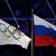 Le drapeau des Jeux olympiques et celui de la Russie.