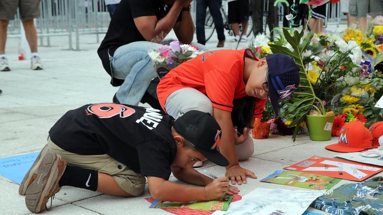 Des partisans des Marlins honorent la mémoire de José Fernandez