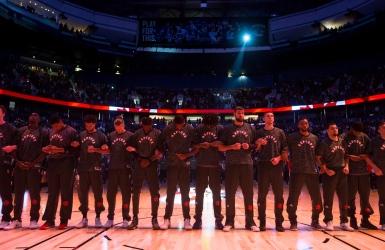 Les Raptors s'enlacent lors des hymnes nationaux