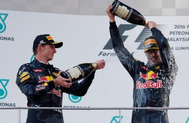 Doublé de Red Bull; Hamilton abandonne
