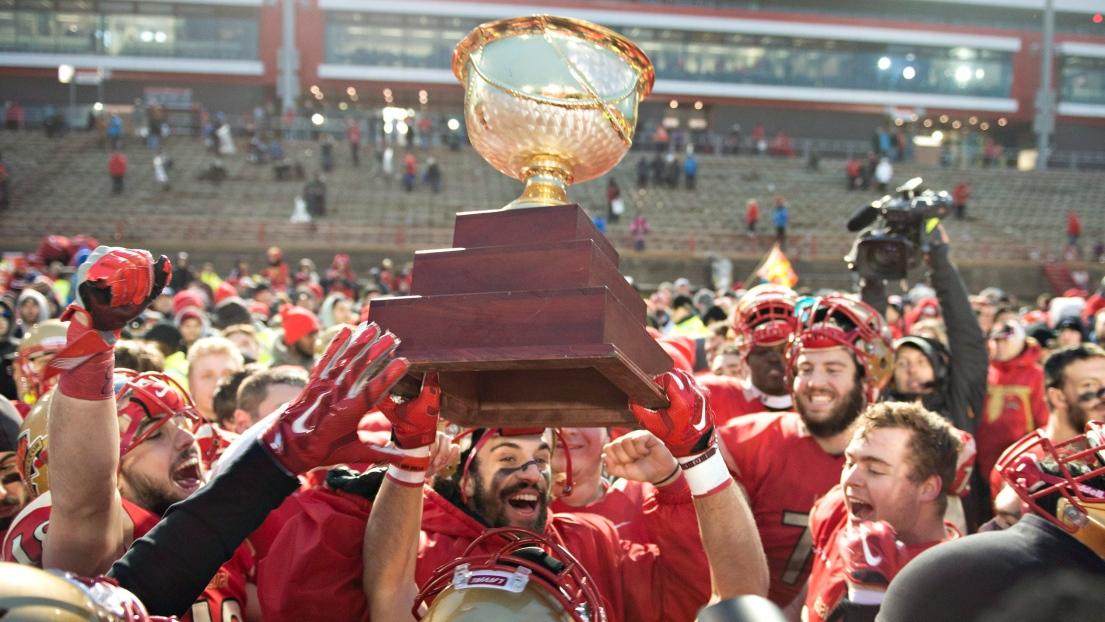Les joueurs du Rouge et Or célèbrent avec le trophée de la Coupe Uteck