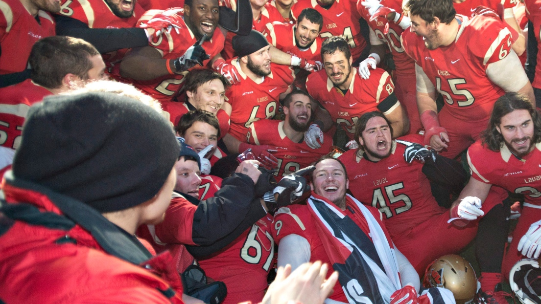Le Rouge et Or célèbrent sa victoire à la Coupe Uteck.