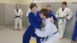 Audrey Dion (en arrière à gauche) observant ses judokas sur le tatami.