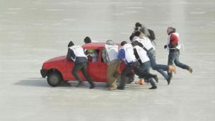 Du curling avec des voitures!