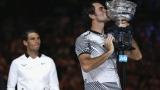 Federer avec le trophée de l'Australian Open 2017. Vainqueur d'un match en cinq sets sur Rafael Nadal.