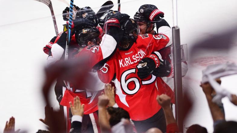 Les Sénateurs célèbrent le but vainqueur inscrit par Erik Karlsson