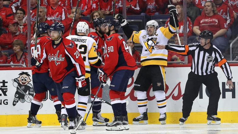 Les Penguins célèbrent le deuxième but du match de Sidney Crosby