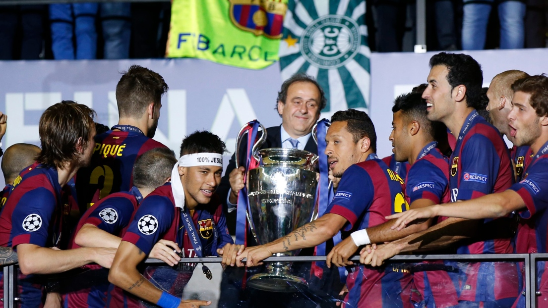 Les trophées désormais remis sur la pelouse — Coupes d'Europe