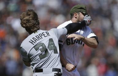 Harper utilise ses poings contre les Giants