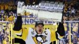 Sidney Crosby soulève sa troisième Coupe Stanley.