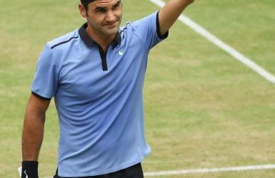 Federer avance facilement en finale à Halle