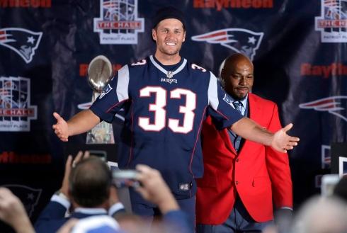 Tom Brady, qui arbore le chandail de Kevin Faulk