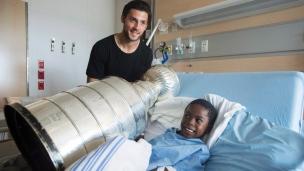 Letang à l'hôpital Sainte-Justine avec la coupe Stanley