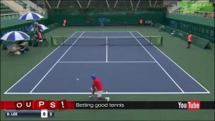 Oups! Un joueur de tennis ambidextre