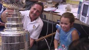 Jacques Martin partage la Coupe avec les enfants