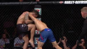 Perry accueille Reyes à l'UFC à coup de genou