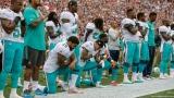Les Dolphins de Miami mettant un genou au sol durant l'hymne national
