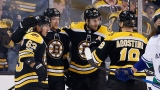 Patrice Bergeron entouré de ses coéquipiers des Bruins