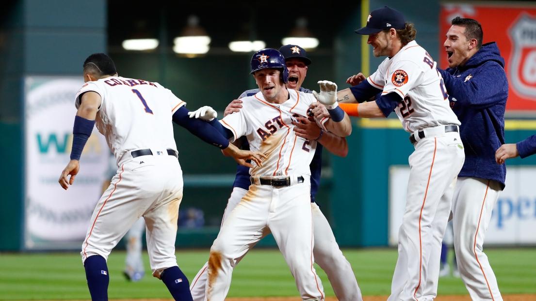 Alex Bregman entouré de ses coéquipiers des Astros