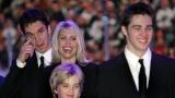 Stacia Robitaille, aux côtés de son mari Luc et de leurs deux enfants.