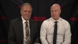 Pierre Houde s'entretient avec l'entraîneur-chef des Devils