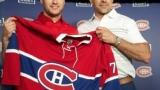 Jonathan Drouin fier d'accepter le chandail 92 des mains de Marc Bergevin