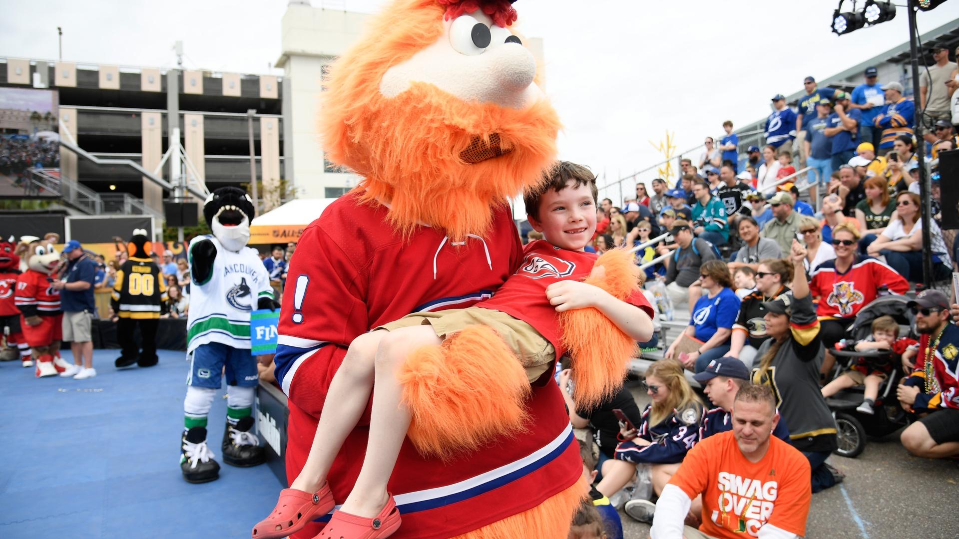 La mascotte du Canadien Youppi! s'amuse avec les fans au Match des étoiles de la LNH