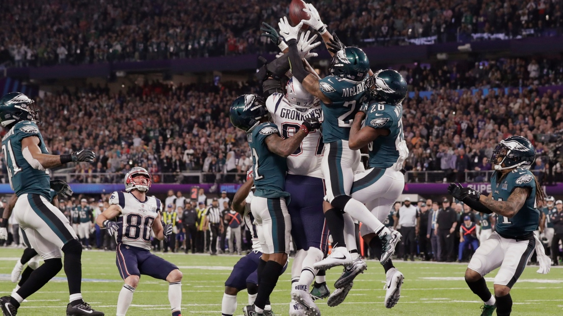 Les joueurs des Eagles rabattent la passe