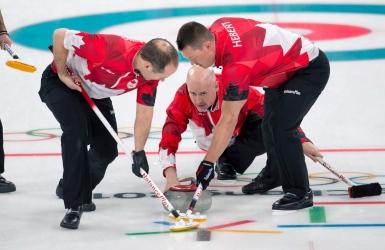 Curling : Kevin Koe commence en force